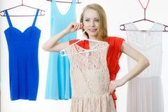 Frau, die Kleidung im Shop wählt Stockfoto