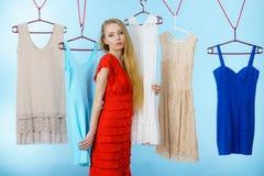 Frau, die Kleidung im Shop wählt Stockfotografie