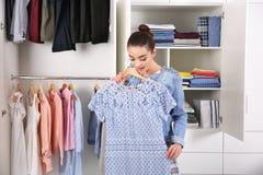 Frau, die Kleidung wählt lizenzfreie stockfotografie