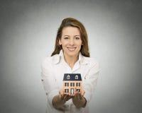 Frau, die kleines Modell des Hauses hält Lizenzfreies Stockfoto