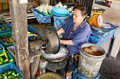 Frau, die Kokosnüsse aufbereitet Stockfotos