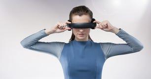 Frau, die Kopfhörer der virtuellen Realität verwendet Lizenzfreie Stockbilder