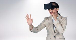 Frau, die Kopfhörer der virtuellen Realität verwendet Lizenzfreie Stockfotos