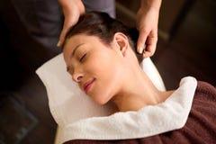 Frau, die Kopfmassage am Badekurort hat Lizenzfreies Stockfoto