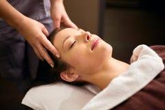Frau, die Kopfmassage am Badekurort hat Lizenzfreie Stockfotos