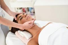 Frau, die Kopfmassage in der Badekurort Wellnessmitte empf?ngt lizenzfreies stockbild