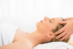 Frau, die Kopfmassage am Gesundheits-Badekurort empfängt Stockfotografie