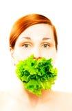 Frau, die Kopfsalat isst Stockfotos