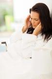 Frau, die Kopfschmerzen hat Stockfotos