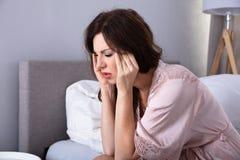 Frau, die Kopfschmerzen hat lizenzfreie stockfotografie