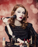Frau, die Kosmetik aufträgt Lizenzfreies Stockbild