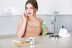 Frau, die Kosmetik aufträgt Lizenzfreie Stockbilder