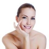 Frau, die kosmetische Sahne auf Haut nahe Augen aufträgt Lizenzfreie Stockfotos
