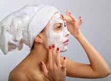 Frau, die kosmetische Schablone tut Stockfotos