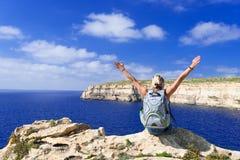 Frau, die Küstenlinie nahe Azure Window auf Gozo-Insel betrachtet Stockbild
