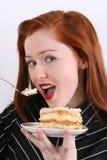 Frau, die Kuchen isst Lizenzfreie Stockfotografie