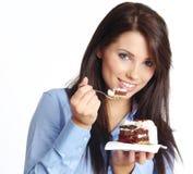 Frau, die Kuchen isst stockfoto