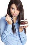 Frau, die Kuchen isst lizenzfreie stockfotos
