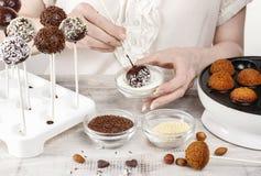 Frau, die Kuchenknalle macht Lizenzfreie Stockfotografie