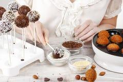 Frau, die Kuchenknalle macht Stockfoto