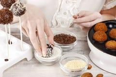 Frau, die Kuchenknalle macht Stockfotos