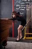 Frau, die Kugel acht spielt Lizenzfreies Stockfoto