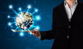 Frau, die Kugel der Erde 3d in der modernen Tablette darstellt Lizenzfreies Stockbild