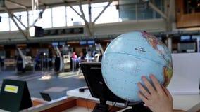 Frau, die Kugelkarte an der Auskunft innerhalb YVR-Flughafens überprüft stock footage