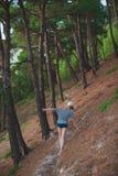 Frau, die kurz gesagt der Sommerwald geht Lizenzfreie Stockfotografie