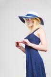Frau, die kurzes Marinekleid und Sonnenhut trägt Stockbilder