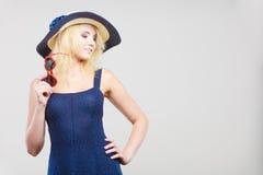 Frau, die kurzes Marinekleid und Sonnenhut trägt Lizenzfreie Stockfotos