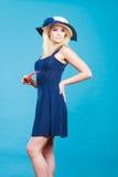 Frau, die kurzes Marinekleid und Sonnenhut trägt Lizenzfreie Stockbilder