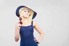 Frau, die kurzes Marinekleid und Sonnenhut trägt Lizenzfreie Stockfotografie