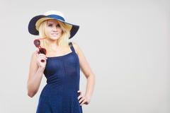 Frau, die kurzes Marinekleid und Sonnenhut trägt Lizenzfreies Stockbild