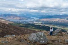 Frau, die Landschaftsansicht bewundert stockfotografie