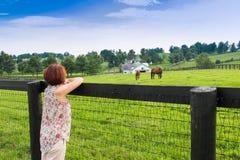 Frau, die Landschaftsansicht genießt Stockbild