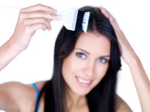 Frau, die langes Haar färbt Lizenzfreies Stockbild