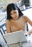 Frau, die an Laptop arbeitet. Stockbild