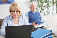 Frau, die an Laptop arbeitet Lizenzfreie Stockbilder