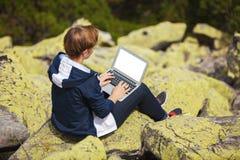 Frau, die an Laptop arbeitet Stockfotografie