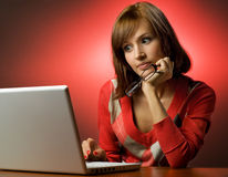 Frau, die an Laptop arbeitet Stockfotos
