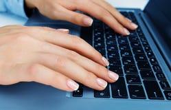 Frau, die an Laptop arbeitet Lizenzfreie Stockfotografie