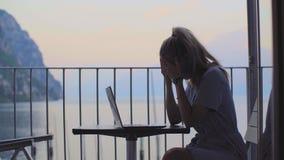Frau, die an Laptop arbeitet stock video
