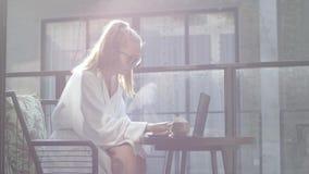 Frau, die an Laptop arbeitet stock footage