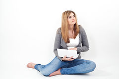 Frau, die an Laptop beim Sitzen auf dem Boden arbeitet Lizenzfreie Stockfotos