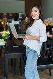 Frau, die Laptop-Computer im Café verwendet Stockfoto