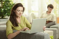 Frau, die Laptop-Computer verwendet Stockbild