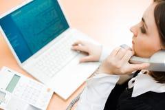 Frau, die an Laptop (Fokus, arbeitet auf Frau) Stockfotografie
