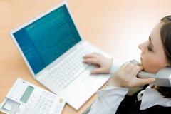 Frau, die an Laptop (Fokus, arbeitet auf Frau) Stockbild