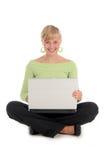 Frau, die Laptop verwendet Stockbild